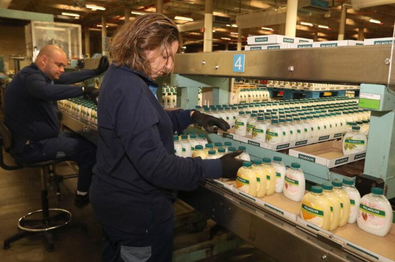 travailleurs en situation de handicap préparant des commandes