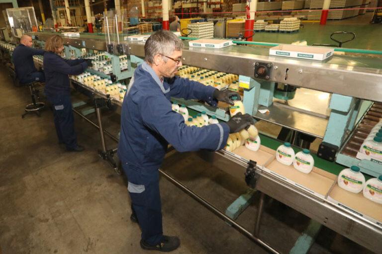 travailleur en situation de handicap qui remplit des cartons