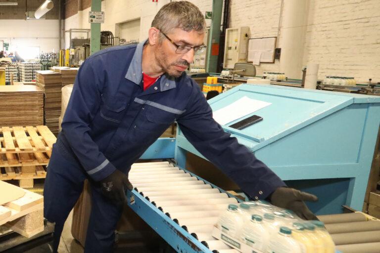 travailleur handicapé qui s'occupe de la chaine de production
