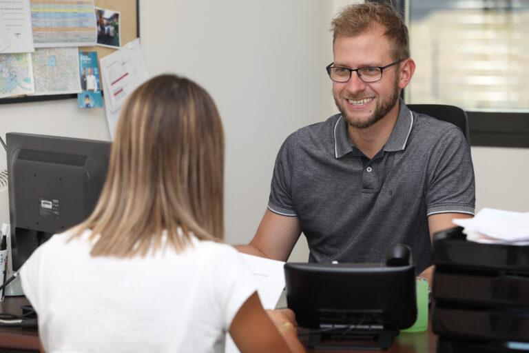 personne devant un ordinateur qui sourit